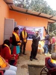 Der Dorfvorsteher von Jeevanpur eröffnet die Zeremonie mit festlichen Worten des Dankes an Sang Sangai e. V.