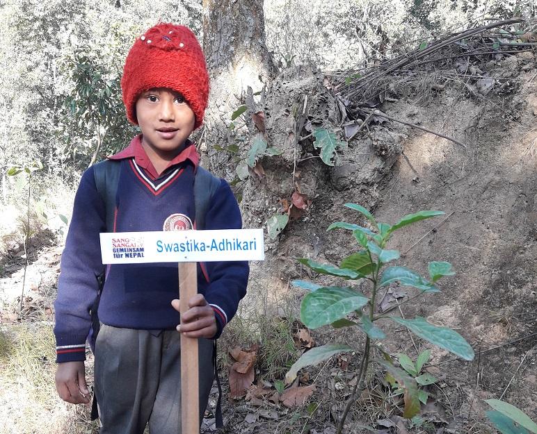 """""""Mein Baum"""" – Die Namensschilder für die Bäume der Patenkinder in Dhading sind da"""